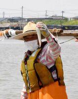 取ったエツを見せる漁師=福岡県大川市の筑後川