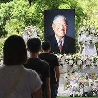 台湾の迎賓館に設置された李登輝元総統の追悼場で、哀悼をささげるため並ぶ人々=8月15日、台北市