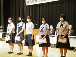 県書作家協会賞の高校生受賞者=佐賀市のアバンセ