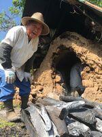 自家製の炭を作り、こたつに使用している欠掛義民さん=太良町中山地区