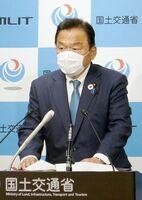 国土交通省のアセス案について「協議の場でしっかり佐賀県と議論したい」と述べた赤羽国交相=東京・霞が関の国交省