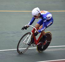 自転車男子スクラッチ 第4コーナーを先頭で駆け抜ける甲斐隼人(龍谷)=武雄市の武雄競輪場