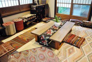 トルコの伝統織物「キリム」を使った製品を展示即売する