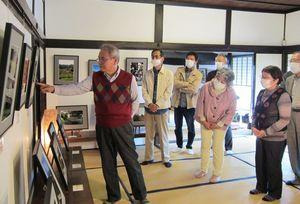 セミナー参加者の撮影した写真の講評をする大塚清吾さん(左)=佐賀市の山口亮一旧宅(提供写真)