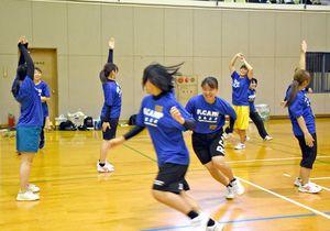 ラクロスフレッシュマンズキャンプ九州でレクリエーションゲームに取り組む学生たち=武雄市の白岩体育館