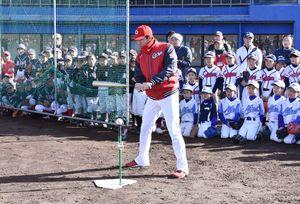 子どもたちに打撃指導をする広島東洋カープの迎祐一郎コーチ=伊万里市の国見台野球場