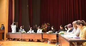 意見交換会の後に行われた班の代表者の発表会=佐賀市兵庫北のメートプラザ佐賀