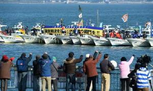 4県の漁業者約100隻が排水門前に集結し即時開門を訴えた=長崎県諫早市