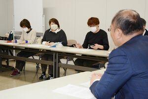 新型コロナウイルスへの対応で疲弊する現場について訴えた県医療労働組合連合会のメンバー(奥)=県庁