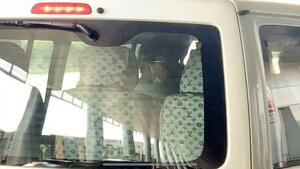 14日、ヤンゴンの空港に到着したフリージャーナリスト北角裕樹さん(中央)を乗せた車(共同)