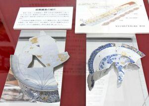 初期鍋島焼の陶片。細かく砕かれたものが発見された=佐賀市の佐賀大学美術館