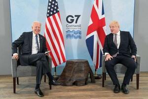 10日、英南西部コーンウォールで会談するバイデン米大統領(左)とジョンソン英首相(ロイター=共同)