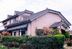 屋根の構造ははかま腰屋根で、小さな三角屋根ドーマが突き出している