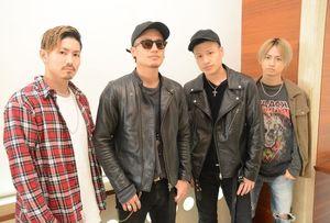 左から、メンバーの森岡大地さん、伊藤元樹さん、伊藤勇樹さん、中垣悟さん=佐賀市の佐賀新聞社