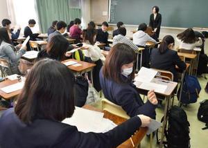 「大学入学共通テスト」の試行調査で、英語の試験に臨む高校生ら=13日午前、東京都練馬区の都立井草高校