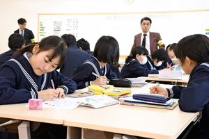 財政を学ぶ生徒=佐賀市の佐賀大附属小