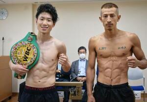 WBCライトフライ級戦の前日計量を終え、ポーズを取るチャンピオンの寺地拳四朗(左)と挑戦者の矢吹正道=21日、京都市内(真正ジム提供)