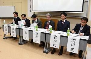福祉現場での外国人活用の必要性などについて意見を述べたパネリスト=神埼市の西九州大学