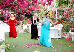 咲き誇るブーゲンビリアの花の中で踊るフラガールら=唐津市浜玉町のブーゲンの森