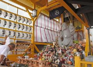 ぬいぐるみや人形へ玉串をささげる参列者=佐嘉神社境内の恵比須社