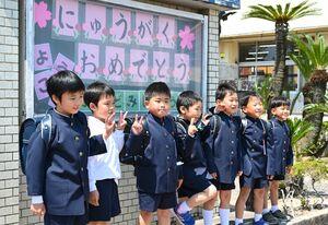 入学式を終え、記念撮影で並ぶ新1年生=白石町福富の福富小