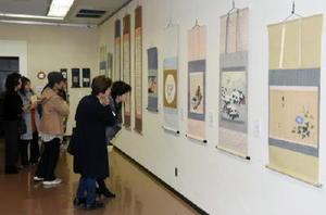 会員が手掛けた掛け軸やびょうぶなど約70点が並ぶ表装展=佐賀市の県立美術館