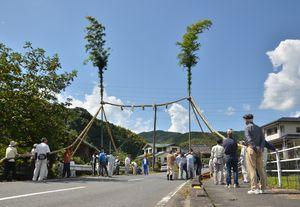 御神幸祭を前に、荒穂神社へ続く道にたった縄と竹でできた門。悪霊を寄せ付けない役目があるという=みやき町宮浦の汐井川
