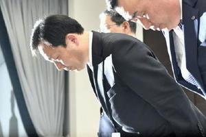 記者会見を終え、一礼するヤマトホールディングスの山内雅喜社長(左)=28日午後、東京都千代田区