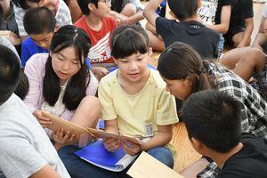 「早く読みたい」。手紙が入った封筒をもらい、わくわくした表情の児童=鍋島小学校