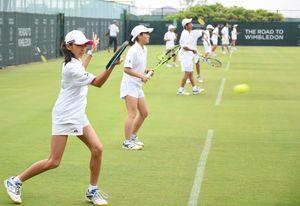 白いウエアに身を包み、大会に臨む選手たち=佐賀市のグラスコート佐賀テニスクラブ