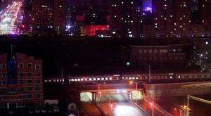 丹東駅を出発した、北朝鮮の金正恩朝鮮労働党委員長を乗せたとみられる列車(下)=23日、中国遼寧省丹東市(共同)