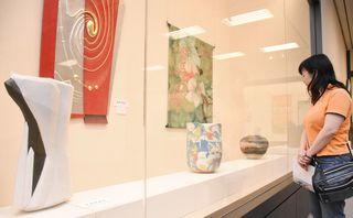 陶磁器や染織人形44点並ぶ 工芸美術知新会展