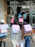 臨時休校で開放された学校に登校する児童=3日午前8時11分(写真と記事は関係ありません)