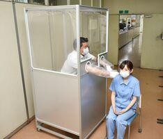 屋外での使用を想定して開発した「簡易PCR検査ボックス」=佐賀市の戸上化成