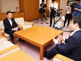 逢阪本部長(右)と会談する芹田泉理事長(左)=佐賀市の県警本部