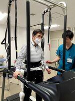 ロボットリハビリ「HAL」の反復練習によって「麻痺側で片足立ちする」感覚をつかむことができた=佐賀市の佐賀大医学部附属病院