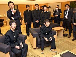 山口祥義知事の前で実際にプレーを見せた鹿島高のメンバー〓県庁