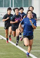 初の全国大会に向け、トレーニングに励む佐賀工高ラグビー部の女子選手たち=佐賀市の同校