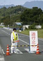豚コレラの感染が確認された養豚場の近くで、通行止めになった道路=14日午前、埼玉県秩父市
