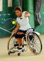 新調した車いすの感触を確かめながら練習に励む上地結衣=グラスコート佐賀テニスクラブ