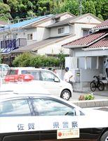 容疑者が母親を殺害したとみられる自宅(中央)=2017年8月25日午後0時半ごろ、唐津市鏡