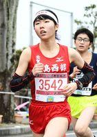 3キロ中学生女子で初優勝を飾った鹿島西部の松浦亜依=鹿島市林業体育館前