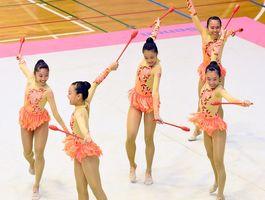 新体操女子団体 2連覇した神埼の演技=佐賀市の諸富文化体育館