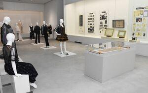 数々の受賞作やパネルなどが並ぶ会場=佐賀市の県立美術館