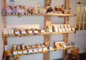 江副さんが色付けを担当した焼き菓子用の棚