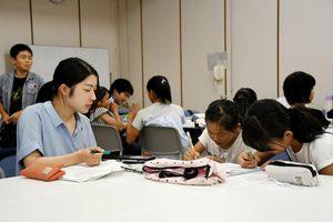 本紙の記者に相談し、取材テーマを考える児童ら=佐賀市の佐賀新聞社