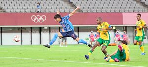 日本―南アフリカ 後半、クロスに飛び込みゴールを狙う林(左端)=味の素スタジアム