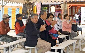 境内のステージイベントを楽しむ観客=佐賀市の佐嘉神社・松原神社