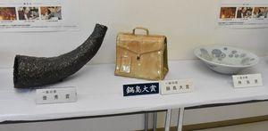 鍋島大賞(中央)と優秀賞、特別賞を受賞した作品