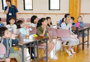 キッズ・チャレンジ教室で手話を学ぶ子どもたち=有田町婦人の家